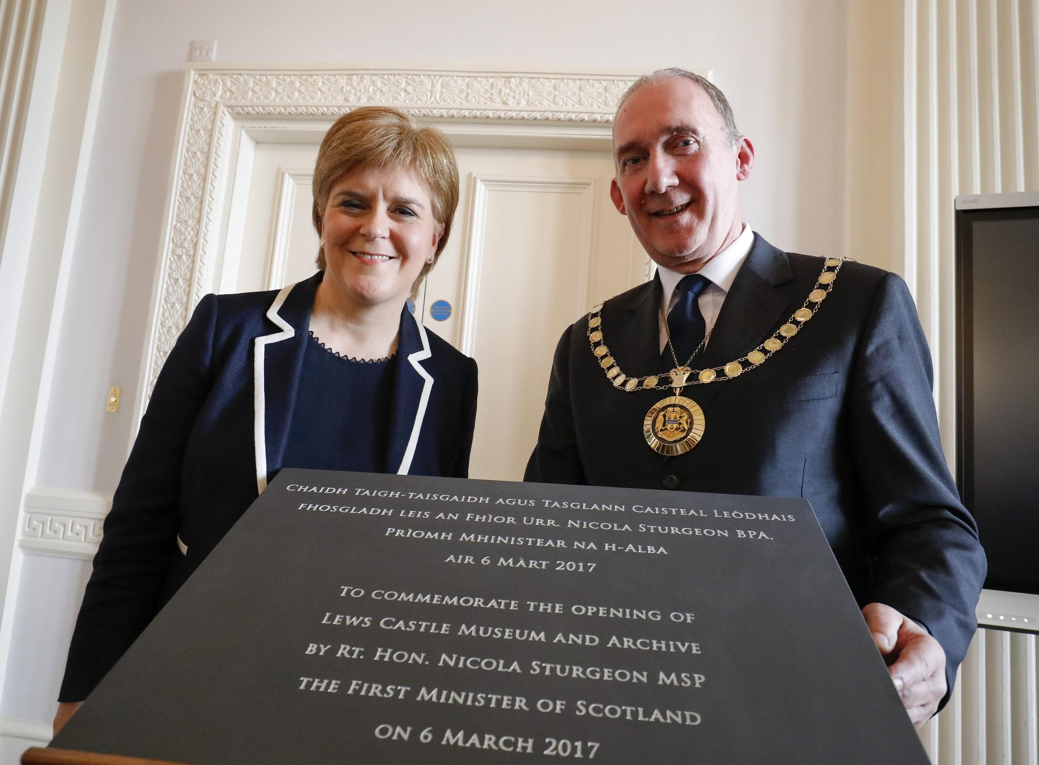Nicola Sturgeon and comhairle convener Norman Macdonald